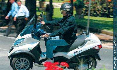 L'MP3 Hybrid di Piaggio è un 125 4 tempi associato ad un motore elettrico, quest'ultimo alimentato dalle batterie che si ricaricano grazie all'inverter e al recupero dell'energia dissipata in frenata arrivando a ridurre del 56% le emissioni inquinanti